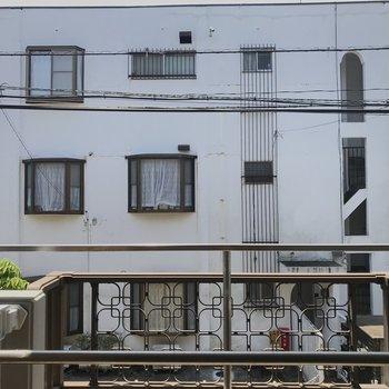 向かいの建物とは距離がありました※写真は前回募集時のもの