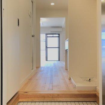 玄関は明るい白タイル※写真は前回募集時のもの