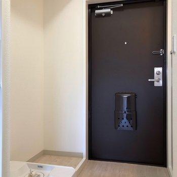 玄関入ってすぐのところに洗濯機置場。※写真は2階の反転間取り別部屋のものです