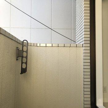 お洗濯物は自然の風で。※写真は2階の反転間取り別部屋のものです