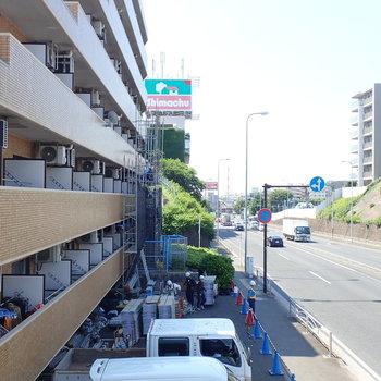 【ベランダからの眺望】お隣の住宅と駐車場、バス停もちらっと見えます。