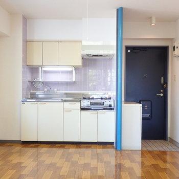 【DK】キッチンは収納付きのオーソドックスなタイプ。