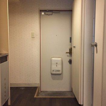 """""""アトリエ""""の入り口、玄関"""