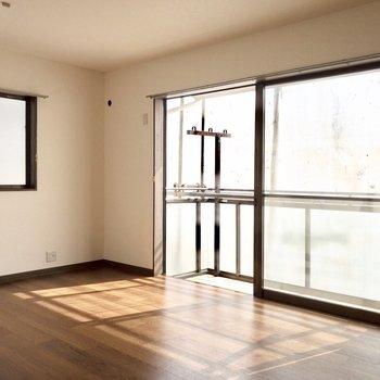 窓からたっぷり光が差し込みます。