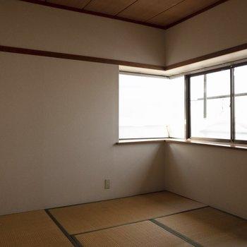 窓が横長。こちらのお部屋も光が差し込みます。