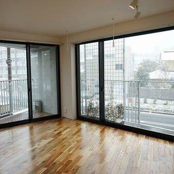 無垢床に大きな窓。※写真は1階同間取り別部屋のものです
