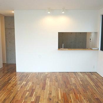 床の表情がいい感じ!※写真は1階同間取り別部屋のものです