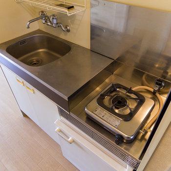 キッチンは最小限。冷蔵庫付きなのが助かるな~。※写真は4階同間取り別部屋のものです