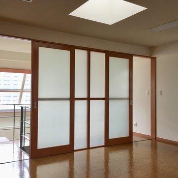 天窓からも引き戸からも、柔らかい光を取り込みます。