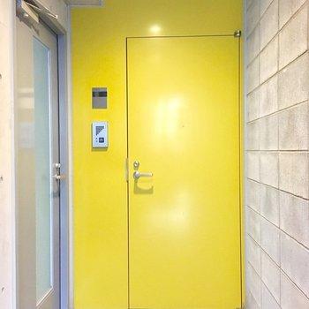 エレベーター降りたらプライベート空間。イエローの玄関ドアを開けて。