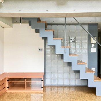 ブルーグレーの階段、形が好きです!