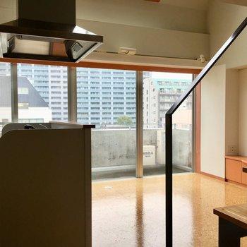 ドアを開けると、階段とアイランドキッチンがお目見え。