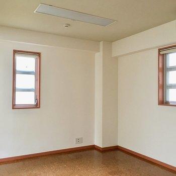 おまけに東と北にも小窓があってとっても清々しい空間になっております。