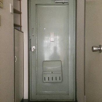 玄関の扉の色がツボ。※写真は通電前のものです