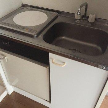 キッチンはかなりコンパクト。調理台にできるワゴンなどがあると良いかも。※写真は通電前のものです