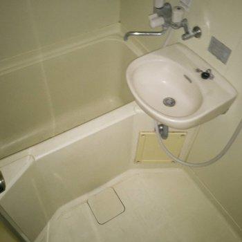 お風呂は2点ユニットです。※写真は通電前のものです ※フラッシュを使用しています