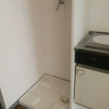 キッチン横に洗濯機です。※写真は通電前のものです