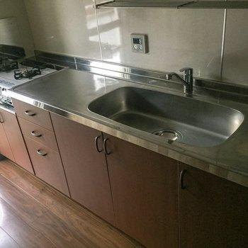 【LDK】シンクも調理スペースも広々。※写真は通電前のものです