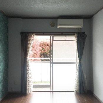 【洋室2】玄関からむかって右手のお部屋です。※写真は通電前のものです