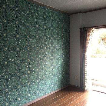 【洋室2】ターコイズブルーがきれい。娘さんのお部屋かな?※写真は通電前のものです