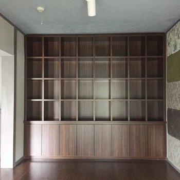 【洋室1】壁一面の本棚!夢が詰まってますね。インテリアを飾っても◎※写真は通電前のものです
