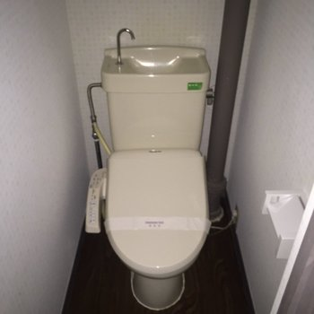 温水洗浄便器です!※写真は通電前のものです※フラッシュを使用しています