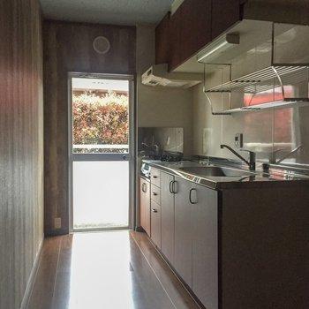 【LDK】キッチンは少し奥に。何人か立てますね。※写真は通電前のものです