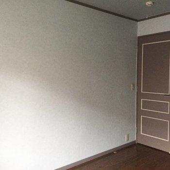 【洋室2】ドアもチョコみたいでかわいい。※写真は通電前のものです