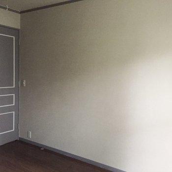 【洋室3】先程のお部屋とは色違いの扉です。※写真は通電前のものです