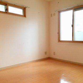 玄関横の洋室は寝室によさそうです