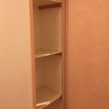 玄関横にも、細い収納スペースがあります