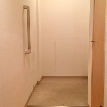 シューズボックスはありませんが、広々した玄関です