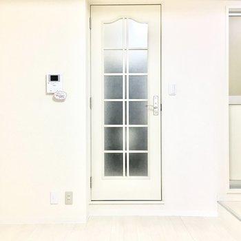 玄関へのドアはどこかレトロ。