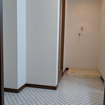 入って右手に洗面台、奥に洗濯パン、左手にタオルの棚など置けますよ。