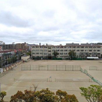 玄関側からは中学校が見えます。