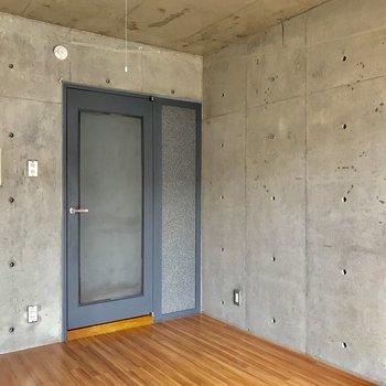 扉の色も落ち着いていて素敵。※写真は通電前・3階の反転間取り別部屋のものです