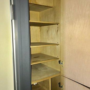下駄箱上部。こちらには大切な靴を※写真は通電前・3階の反転間取り別部屋のものです