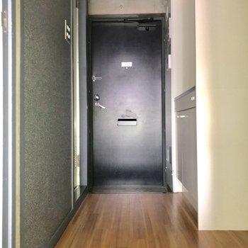 お次は、キッチンと3点ユニットへ※写真は通電前・3階の反転間取り別部屋のものです