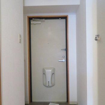 玄関はコンパクトに(※写真は10階の同間取り別部屋のものです)
