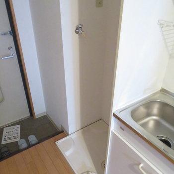 洗面台はキッチン横に(※写真は10階の同間取り別部屋のものです)