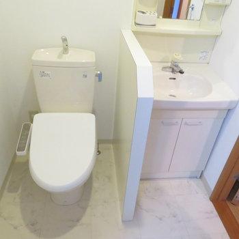 トイレと洗面台は隣に(※写真は10階の同間取り別部屋のものです)