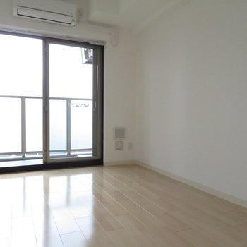 大きな窓※写真は14階の反転間取り別部屋のものです。