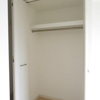 クローゼットも大き目※写真は14階の反転間取り別部屋のものです。