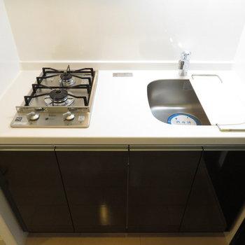 2口コンロのシステムキッチンです※写真は14階の反転間取り別部屋のものです。