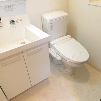 洗面台とトイレは同じ空間に※写真は14階の反転間取り別部屋のものです。