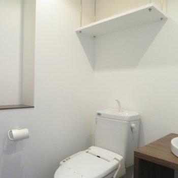 トイレはその横に。棚があるので何かと便利(※写真は8階の同間取り別部屋のものです)