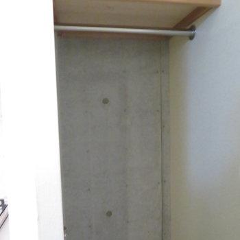 クローゼットはコンパクト(※写真は8階の同間取り別部屋のものです)