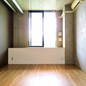 窓辺はベンチのように(※写真は8階の同間取り別部屋のものです)