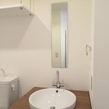鏡は細いですが、ボウルのような洗面器は愛らしい(※写真は11階の同間取り別部屋のものです)