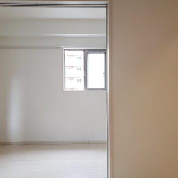 向こう側は寝室にする・・?※写真は4階の反転間取り別部屋のものです